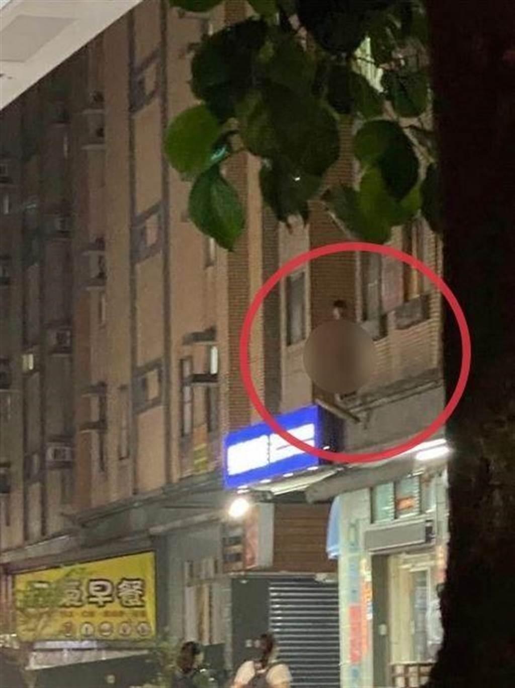 淡江大學旁社區驚見神秘裸男高掛在樓牆上,民眾拍下「無碼露出。(圖/翻攝dcard)