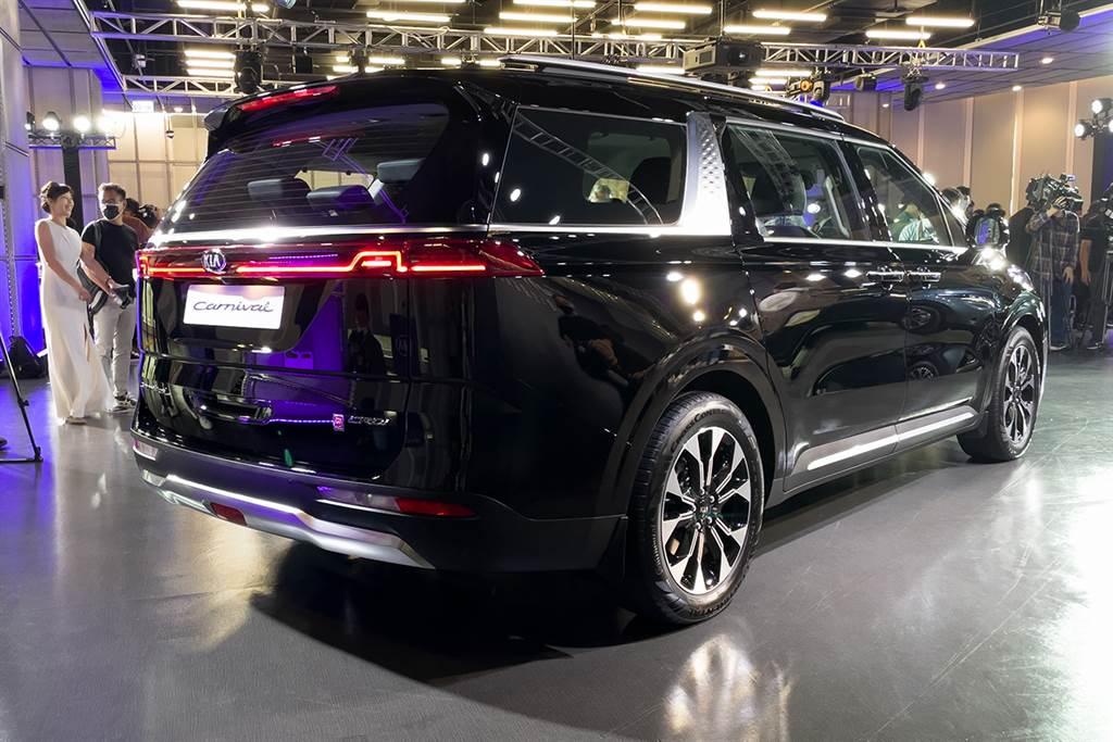 KIA All-new Carnival車尾設計的視覺主軸,非LED貫穿式科技尾燈莫屬。