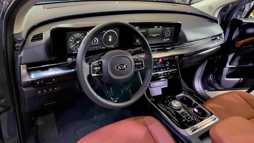 駕駛艙以Panoramic環景概念打造,由兩具12.3吋螢幕組成數位儀表與中控的多媒體觸控系統。