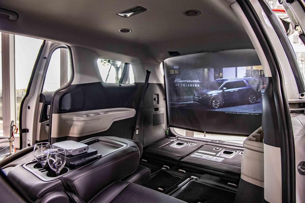 全車滿載乘員的情況下行李廂擁有627L的置物空間,將第二、三排座椅傾倒,行李廂空間最大更可擴充至2,827L。