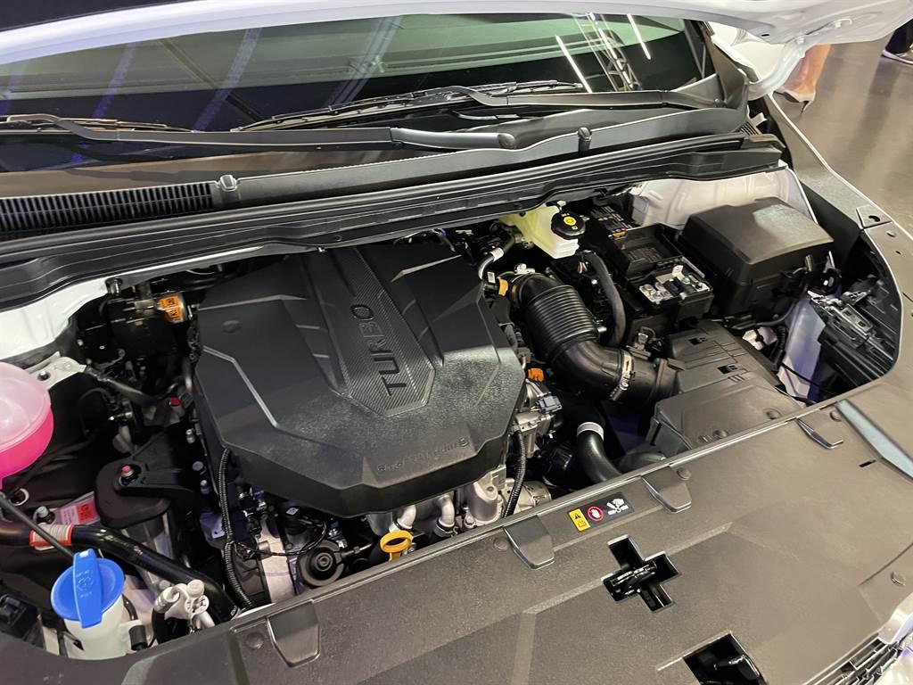 搭載的2.2升Smartstream柴油引擎可提供202ps/45kgm最大輸出,相較於上一代車型,由鑄鐵缸體改為鋁合金,重量減輕了19.5公斤。
