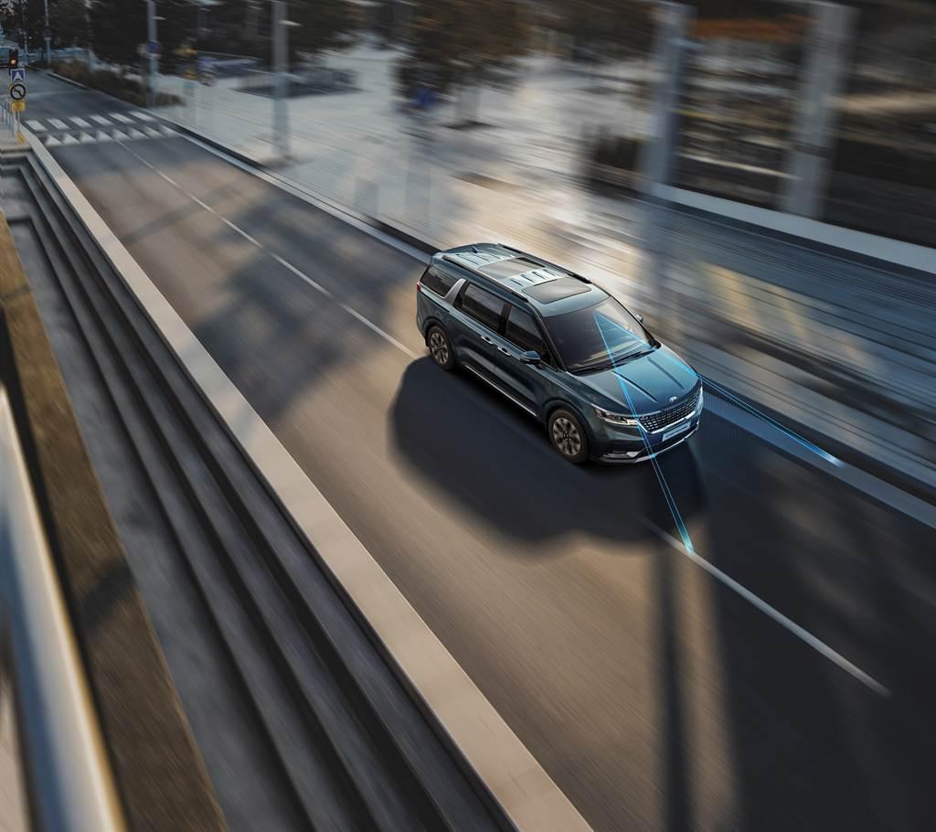 KIA Carnival全車系標配包含全速域SCC智慧巡航控制、LFA進階車道維持輔助系統在內的DRIVE WiSE智慧安全輔助系統,擁有Level 2半自動駕駛能力。