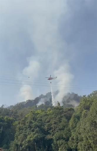 魚池國中旁火燒山難滅 空勤直升機日月潭吊掛灑水