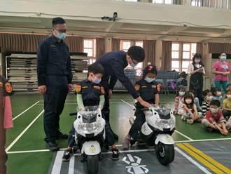 小小警察穿制服開警車指揮交通 家長直呼:萌翻了