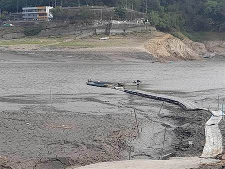 旱象持續 石門水庫淤積嚴重 薑母島居民畫SOS求救 - 生活頻道