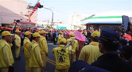 專輯》白沙屯媽遶境 沿途「粉紅超跑」傳奇故事不斷上演信眾感動 - 生活頻道