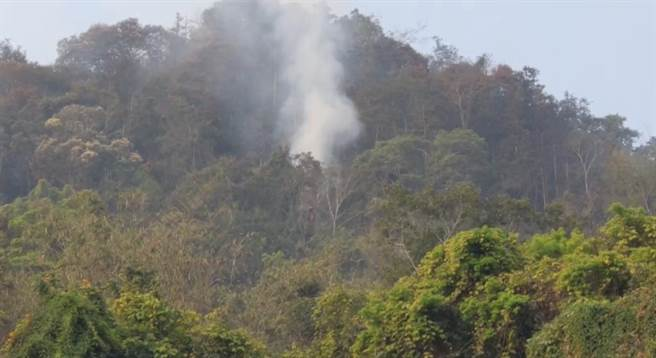 魚池國中旁火燒山,仍有殘火冒濃煙。(民眾提供/廖志晃南投傳真)