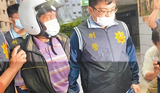 槍手蔡易昇從八里分駐派出所移往蘆洲警分局時,面對大量媒體包圍表示,他自首可以減刑,並強調「背後沒有人指使我」。(戴上容攝)