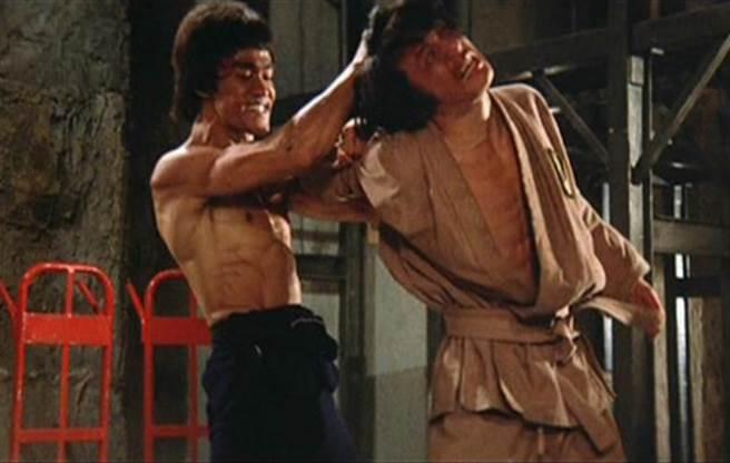 成龍在《龍爭虎鬥》中被李小龍打得亂七八糟。(翻攝自百度)