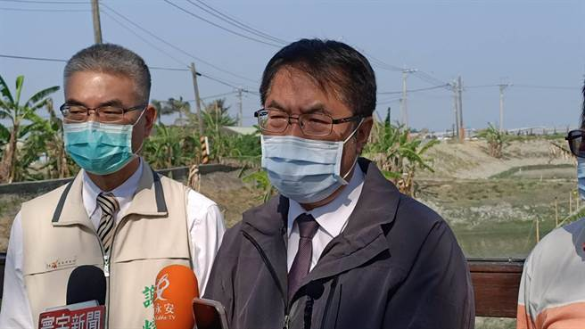 台南市長黃偉哲(右)13日表示台南情形還不是最嚴重的,若能有效節約用水,台南水庫用水可撐到7月底,甚至8月初應該都沒有問題。(張毓翎攝)