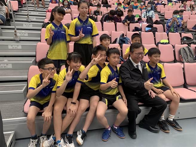 桃園市長鄭文燦與比賽孩童合照,鼓勵孩童參加比賽、挑戰自己。(姜霏攝)