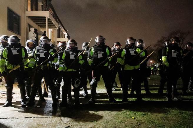 明尼阿波利斯和聖保羅(St. Paul)兩市的市長今天宣布當地進入緊急狀態,並在晚間7時到隔天清晨6時實施宵禁。(圖/路透社)