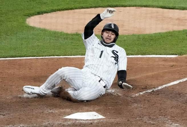白襪代跑馬崔格趁著印地安人一壘手張育成的傳球失誤,在9局下跑回致勝分結束比賽。(路透)