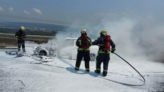 一輛賓士車在國三北上195K路段衝撞工程緩衝車後起火燃燒。消防人員出動人車部署泡沫水線迅速灌救,所幸無人受困車上。(彰化縣消防局提供/謝瓊雲彰化傳真)
