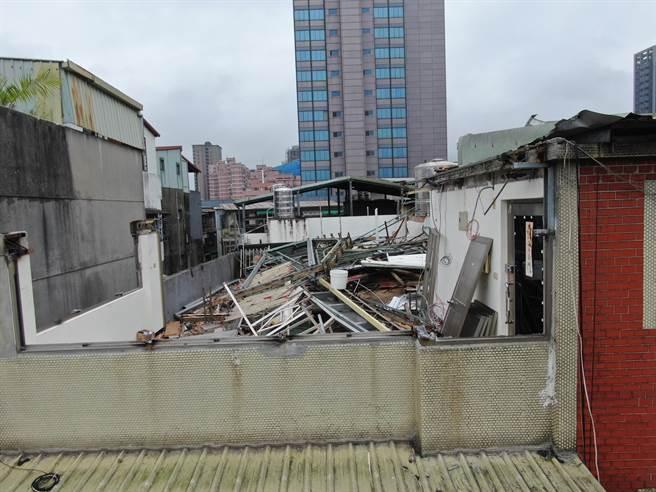 永和成功路毒品分裝所,被新北市拆除大隊強制拆除,還給市民乾淨環境。(新北市工務局提供)
