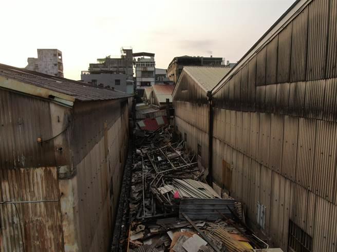拆除大隊拆除新莊瓊林南路職業賭場,還給市容乾淨風貌。(新北市工務局提供)