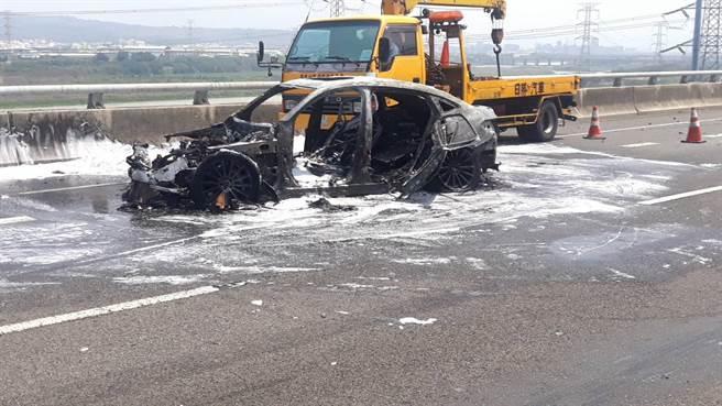 一輛賓士車在國三北上195K路段衝撞工程緩衝車後起火燃燒。消防人員出動人車部署泡沫水線迅速灌救,所幸無人受困車上。(國道七隊提供/謝瓊雲彰化傳真)