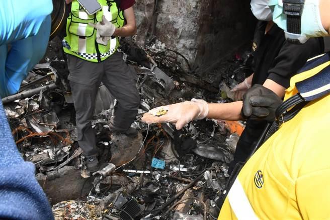 花蓮縣警局鑑識科配合檢調單位在事發現場採證,連日搜索,終在清水隧道口找到關鍵證據之一的列車行車記錄器。(警方提供/羅亦晽花蓮傳真)