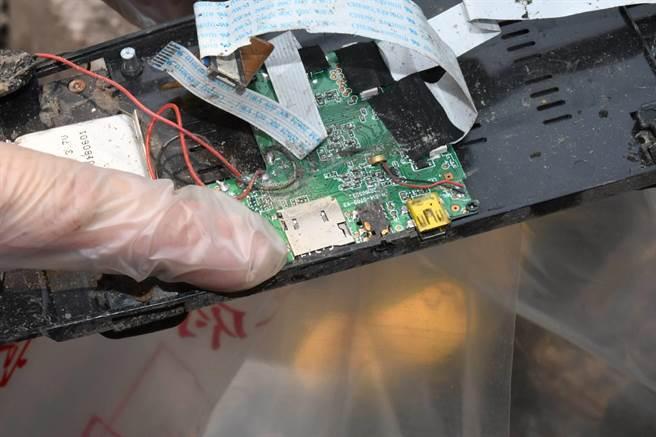 花蓮縣警局鑑識科也在工程車滑落的邊坡下,找到行車記錄器的記憶卡。(警方提供/羅亦晽花蓮傳真)