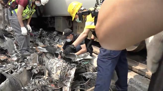 警方在堆積如座小山丘的列車殘骸中,發現列車的行車記錄器。(警方提供畫面/羅亦晽翻攝)
