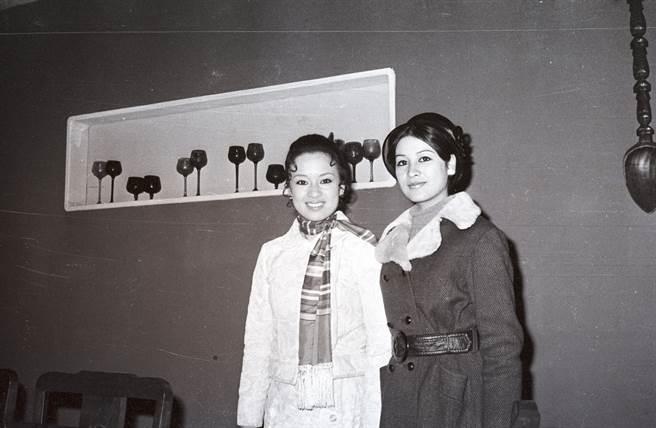 1970年翁倩玉拍攝電影《真假千金》,並以此部作品得到金馬影后。右為紫茵。(圖/中時資料照)