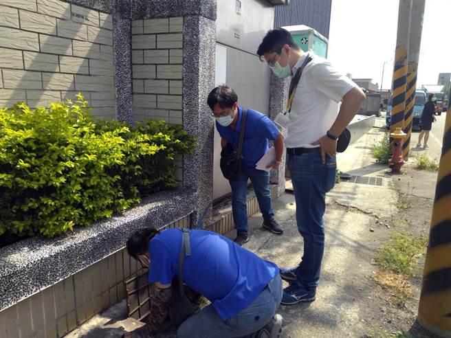 台南市政府經發局會同自來水公司派員針對每月用水1000度以上且未達節水率標準的用水大戶執行鉛封水表。(經發局提供/洪榮志台南傳真)