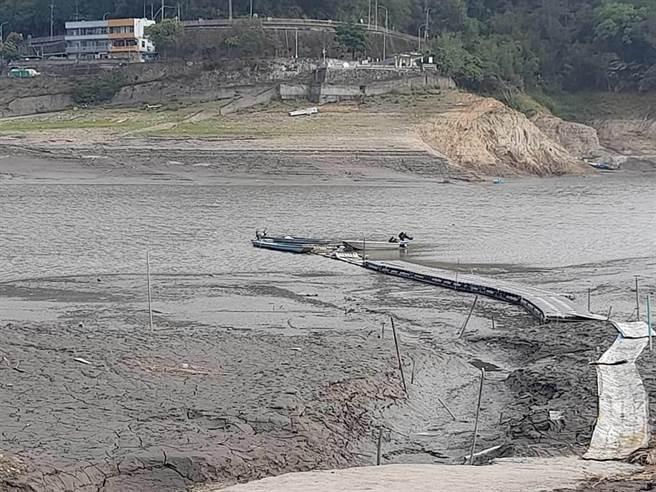 旱象持續 石門水庫淤積嚴重 薑母島居民畫SOS求救
