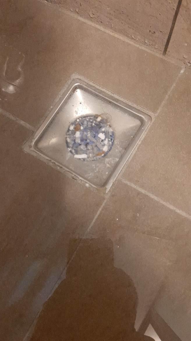 原po拍下卡在浴室排水孔的毛髮,讓大批網友看了直呼太噁。(圖取自爆怨2公社)