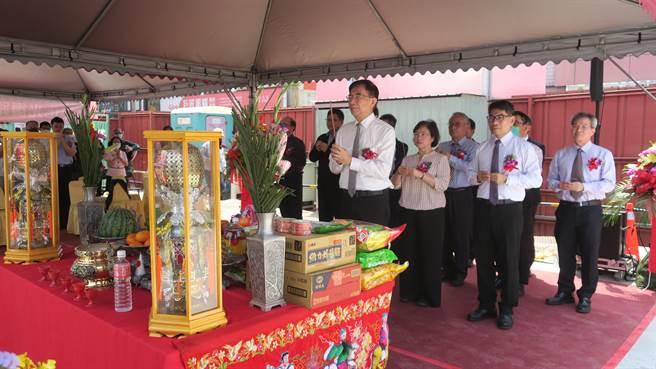 中華郵政董事長吳宏謀率領幹部與國賓影城、營造公司代表,聯合焚香祝禱祈求工程順利圓滿,如期如質完工。(謝瓊雲攝)