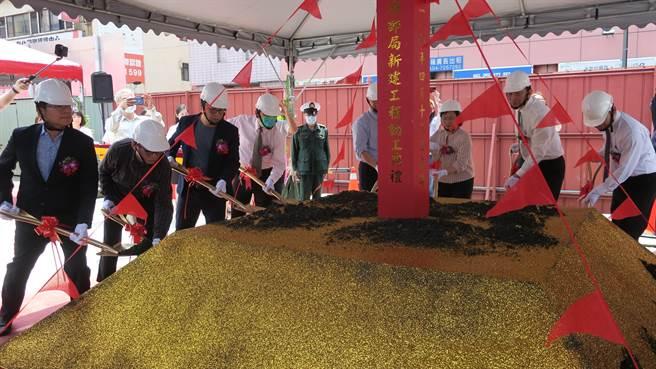 中華郵政首度投資興建第一座郵局複合式影城大樓,對彰化市光復路郵局提出改建招商計畫,斥資4.5億元,13日正式動工興建,眾人聯合起鏟。(謝瓊雲攝)