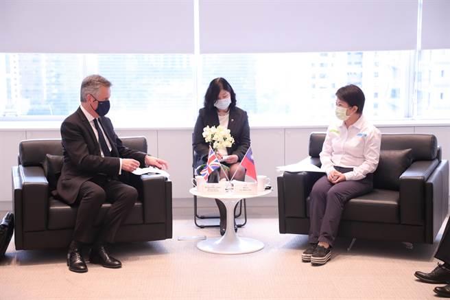 英國在台辦事處代表鄧元翰(左)13日拜會台中市盧秀燕,盼未來在捷運、經濟與文化有交流合作機會。(盧金足攝)