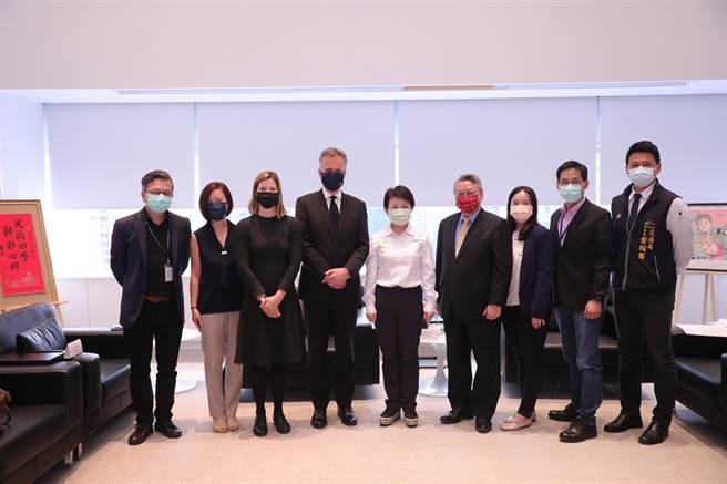 英國在台辦事處代表鄧元翰(左四起)13日拜會台中市長盧秀燕,雙方就經貿、建設、科技、環境永續等議題交流。(盧金足攝)