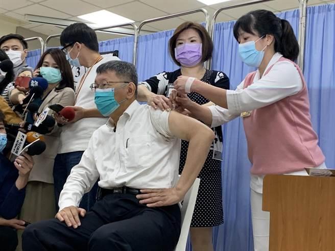 台北市長柯文哲施打疫苗。(張薷攝)