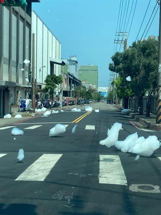 觀音工業區附近道路出現不明泡泡,讓路過民眾驚呼,桃園市環保局也立馬到場查看。(臉書社團桃園爆報提供/姜霏桃園傳真)