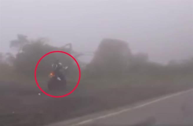 一輛重機在濃霧山路上,沒有過彎而是直直衝下崖。(截自臉書社團《八卦村 - 行車紀錄器影片上傳中心》影片)