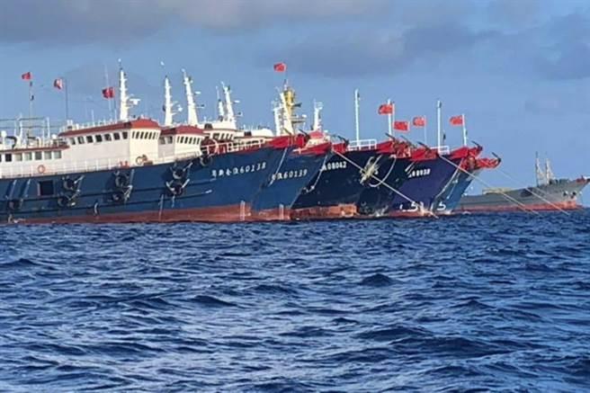 菲律宾外交部召见大陆驻菲大使,当面质问关于大陆船只在南海争议岛礁附近「非法停留」一事。(图/美联社)