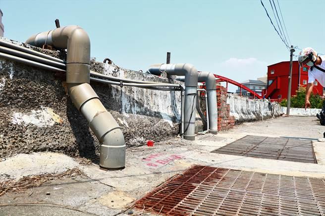 東港鎮豐漁橋下的堤防道路因地勢低窪,每到大潮時沒下雨也會水淹小腿肚,而今汛期將至,公所計畫檢修抽水站,不料卻因私人地擋去路,工程車無法進入。(謝佳潾攝)