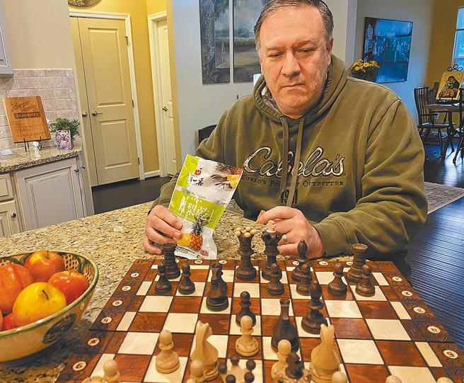 美國前國務卿蓬佩奧在個人推特上貼出吃台灣鳳梨乾下西洋棋的照片。(摘自Mike Pompeo推特)