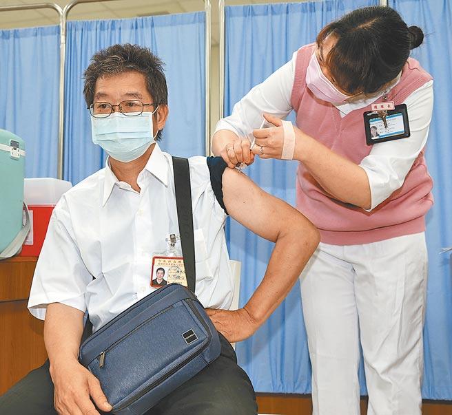 AZ疫苗擴大施打,防疫計程車游司機12日至台北市和平醫院施打。(陳君瑋攝)