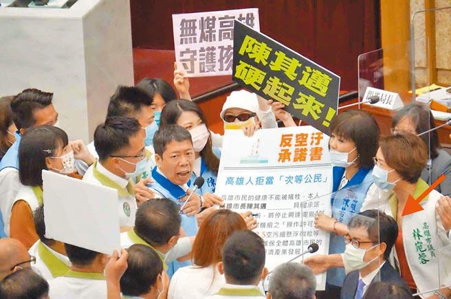 高市議會國民黨團12日質詢空汙議題時,以人海戰術包圍市長陳其邁(紅箭頭)。(柯宗緯攝)