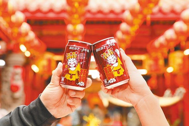 黑松沙士首度聯名大甲鎮瀾宮,推出限量媽祖瓶身設計。(黑松沙士提供)