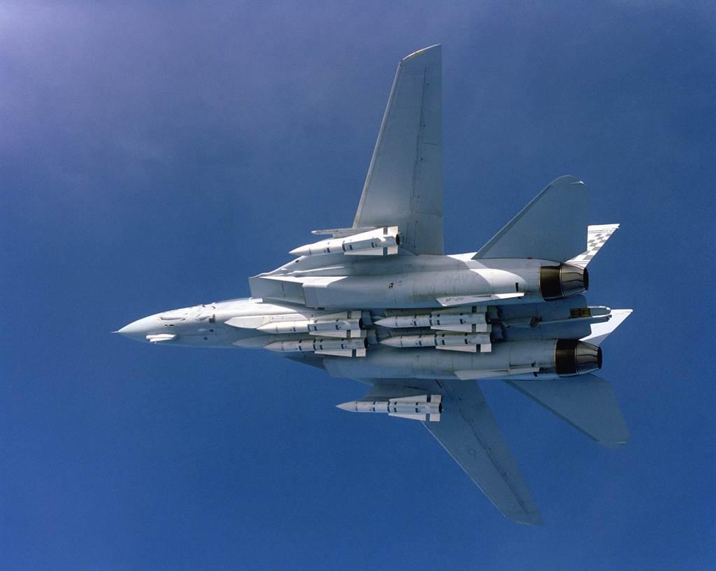 滿載6枚AIM-54鳳凰飛彈的F-14。(圖/美國海軍)