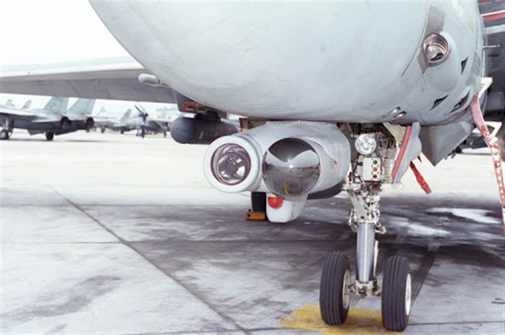 F-14機鼻下的光電設備,早期是長程電視攝影機,之後是光學/紅外系統,性能更好。(圖/美國海軍)
