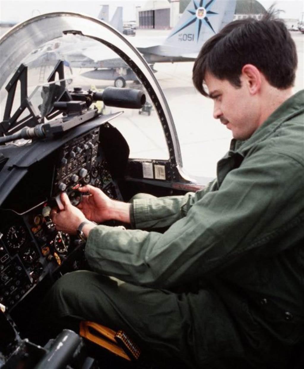F-15抬頭顯示器旁邊,那隻筒狀物就是額外加上的高倍狙擊鏡,用來觀察遠方目標的。(圖/美國空軍)