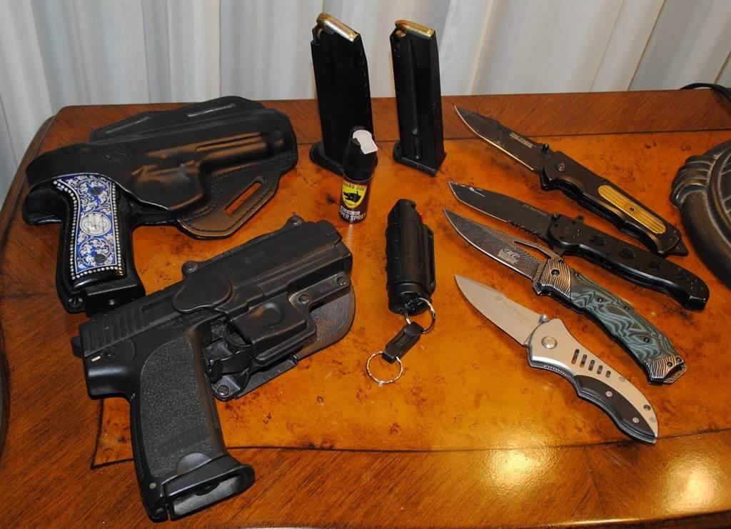 王冠雄展示可隨身攜帶的自衛工具 (槍枝需有許可證),左上是姜文淑平時帶出門的自衛手槍。(摘自臉書)