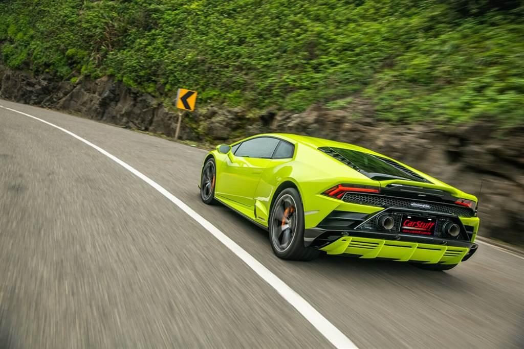 在多年來的試車體驗過數款電動車所帶來的「即踩即有」腦海瞬間Go Blank的狂暴起步衝刺快感之後,再來試駕這部內燃動力中最珍稀的NA V10速度機器,所帶來的感動依舊能讓人心跳加速、瞳孔放大,感到澎湃不已!