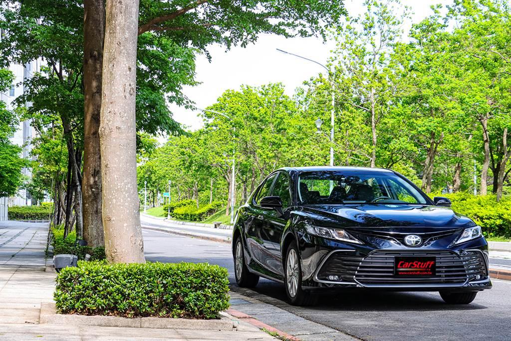 內外精修的老朋友回鍋,2021 Toyota 小改款 Camry 2.0 尊爵版