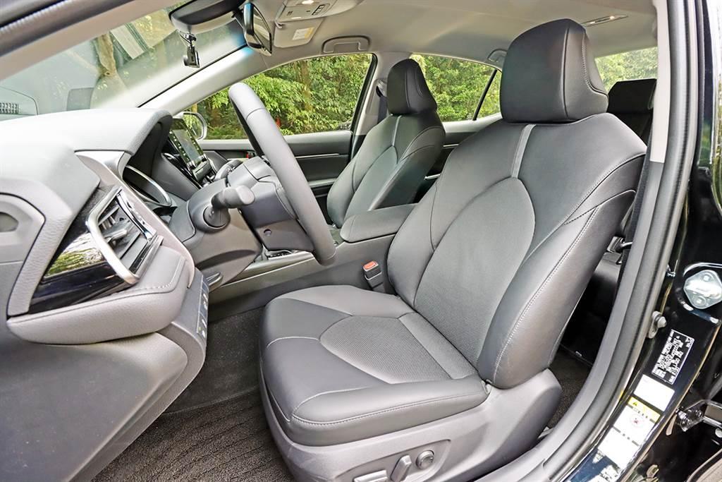 前座座椅乘坐包覆性相當不錯,汽油尊爵版具備駕駛座8向電動真皮座椅(電動腰靠)、副駕駛座4向電動調整。
