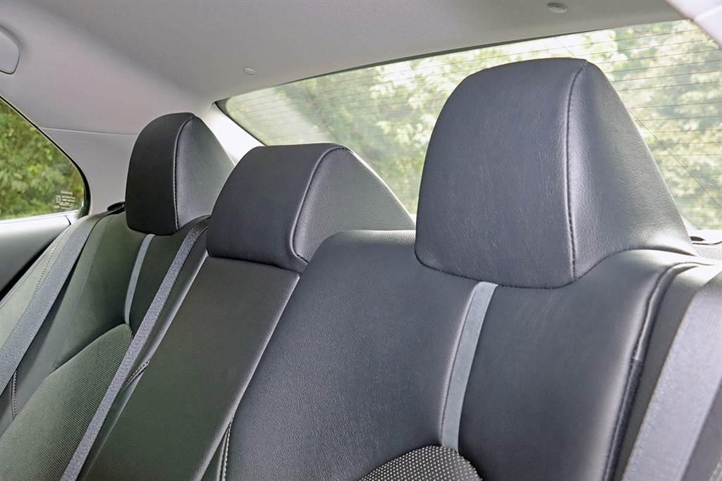 後座頭枕依舊不可調,不過同級對手 Nissan Altima 也是相同的狀況。