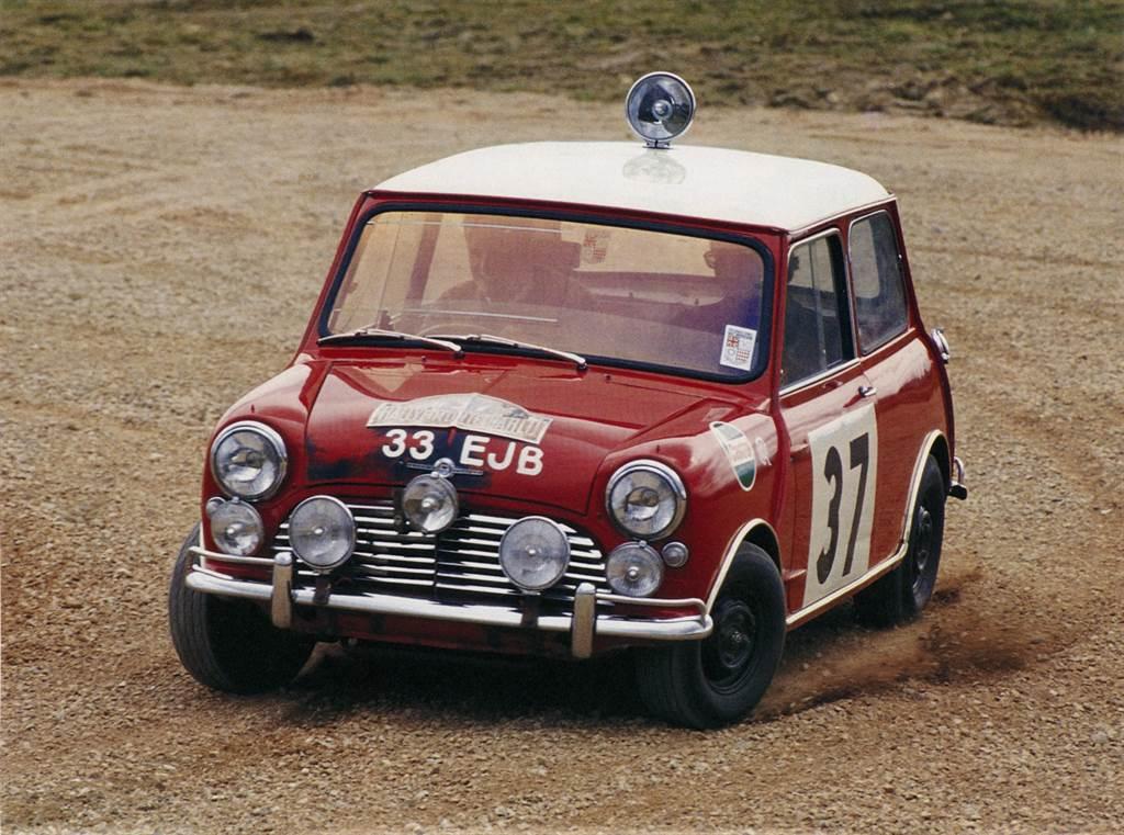 1964年傳奇車手Paddy Hopkirk駕駛擁有靈巧身手的Mini Cooper S,以他精湛駕駛技巧,為MINI勇奪蒙地卡羅拉力賽首勝。